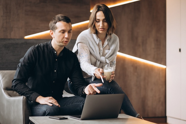 Business woman and bussiness man colleagues working on laptop Free Photo