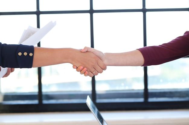 握手をしているビジネスウーマン 無料写真