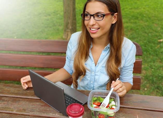 都市公園生活hで昼休みにサラダを食べる女性実業家 Premium写真