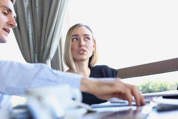 Деловая женщина объясняет политику предприятия Premium Фотографии