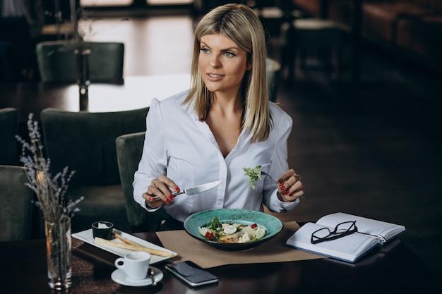 Donna d'affari a pranzo in un caffè Foto Gratuite