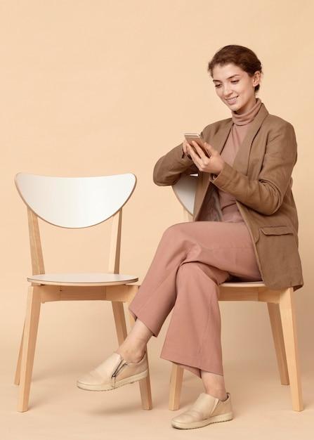 彼女の携帯電話を使用して屋内でビジネスウーマン 無料写真