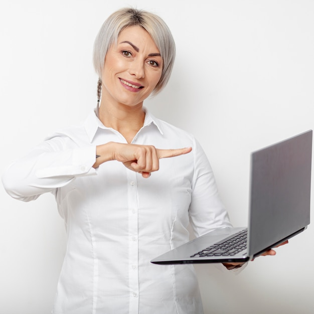 Business woman pointing at laptop Free Photo