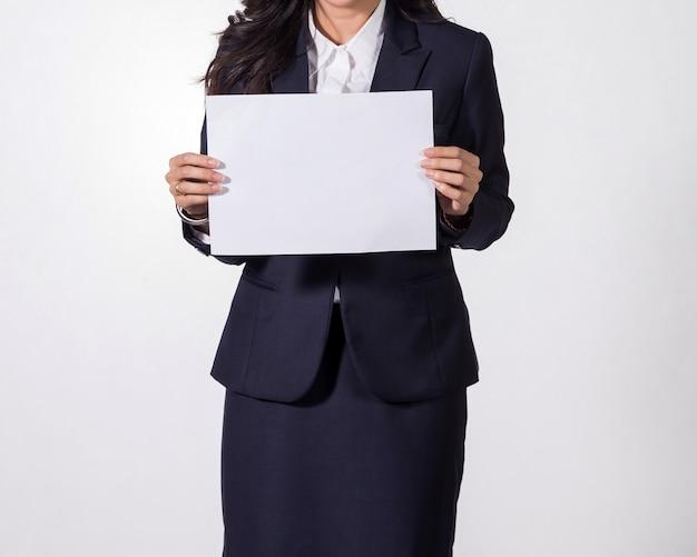 Деловая женщина, показаны пустые белой бумаги. Premium Фотографии