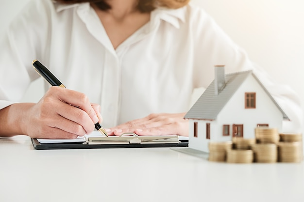 Business woman signing contract to buy house. | Premium Photo