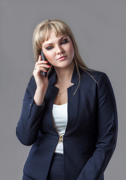 Business woman in  suit talking on a cell phone. Premium Photo