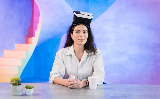 Business woman wearing vr glasses on her head Free Photo