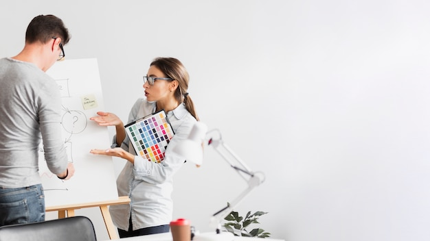 Business woman wondering about a diagram Free Photo