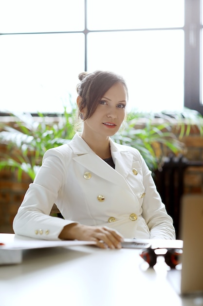Business woman working at the office Free Photo