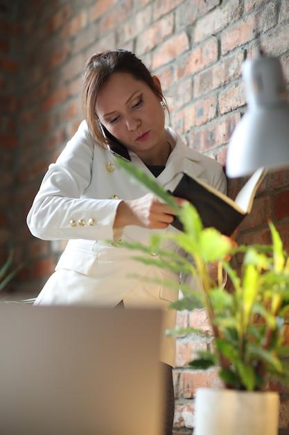Donna d'affari che lavora in ufficio Foto Gratuite