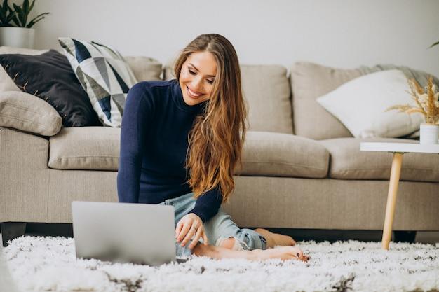 自宅のラップトップに取り組んでいるビジネスの女性 無料写真
