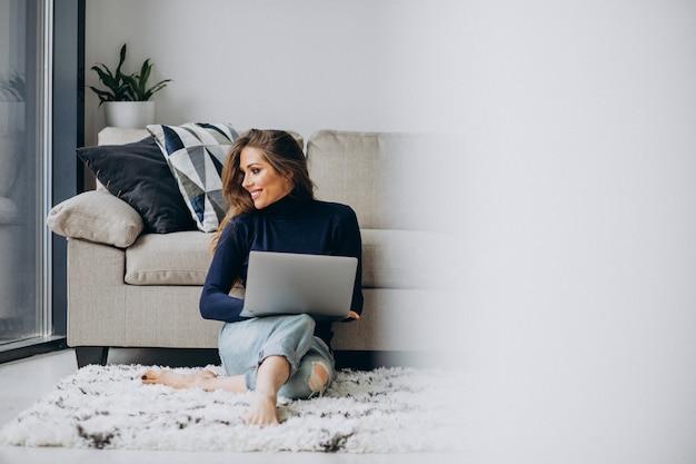 Бизнес женщина работает на ноутбуке дома Бесплатные Фотографии