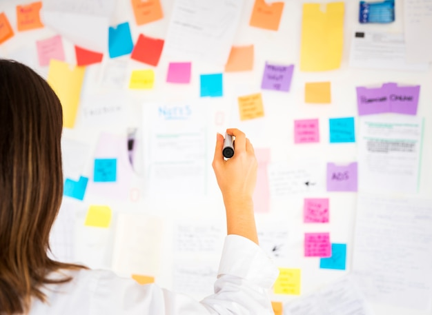 Business woman working with notes in a office Premium Photo