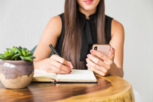 Business woman writing from phone Free Photo
