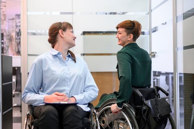車椅子会議のビジネスウーマン 無料写真