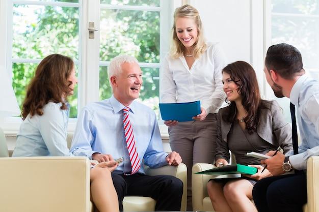 Business women and men having presentation in office Premium Photo