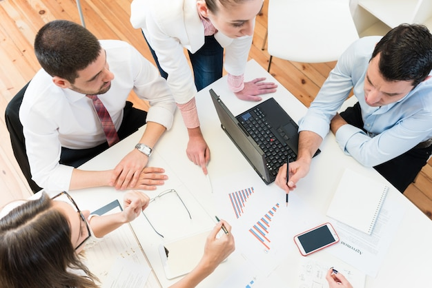Business women and men in meeting finding ideas Premium Photo