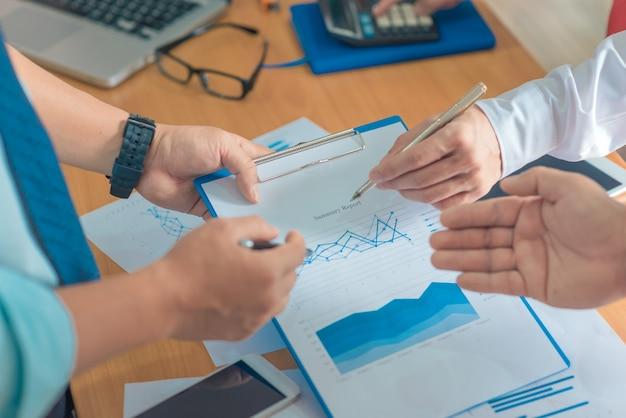 Концепция бизнес-работы «планирование», «командная работа для успешной организации». фильтр выборочной фокусировки и мягкой вспышки. Premium Фотографии