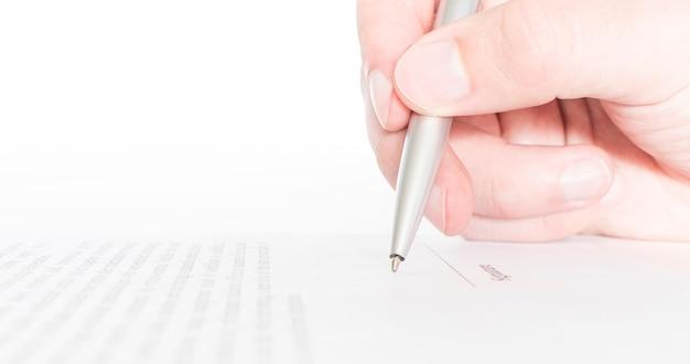 거래를 체결하는 계약을 체결하는 비즈니스 노동자 프리미엄 사진