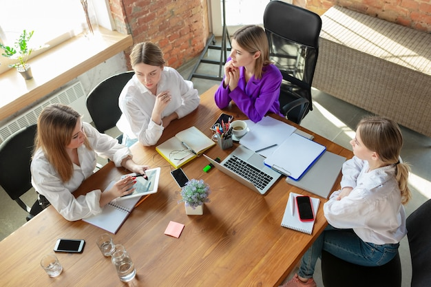 Business young caucasian woman in modern office with team Free Photo