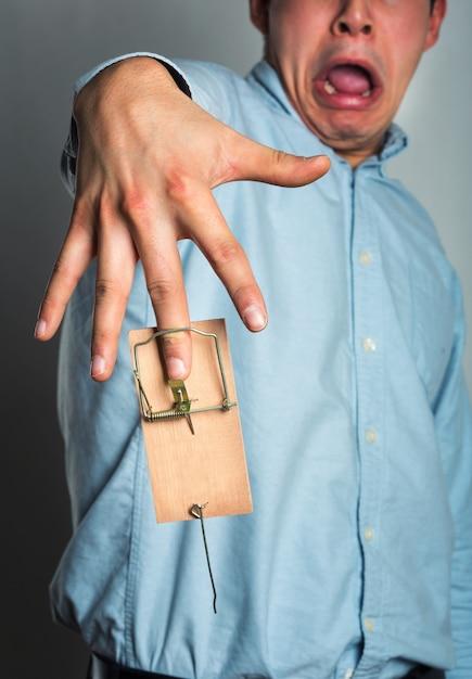 Рука бизнесмена в мышеловке Premium Фотографии