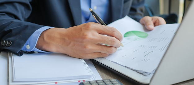 Businessman analysis maketing plan Premium Photo