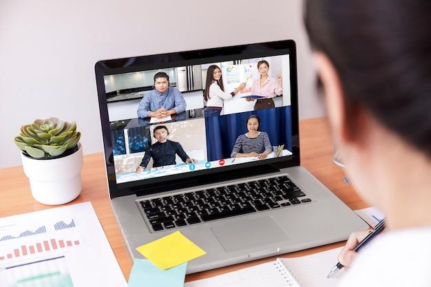 Финансовая диаграмма анализа бизнесмена и коммерсантки с онлайн-встречей видеоконференции. Premium Фотографии