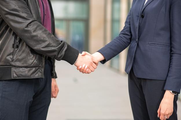 ビジネスマンと実業家が握手をします。ビジネスエチケット。 Premium写真