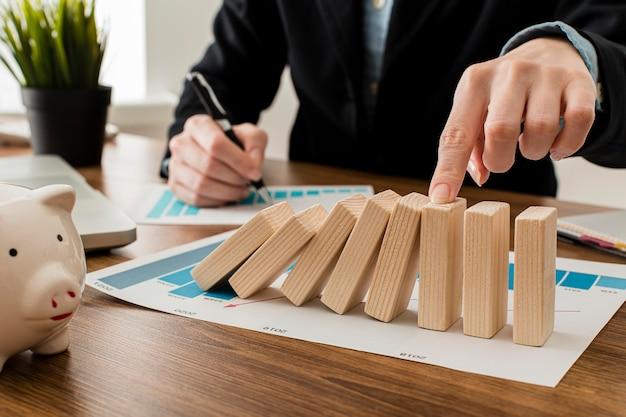 木製のブロックを持つオフィスでビジネスマン 無料写真