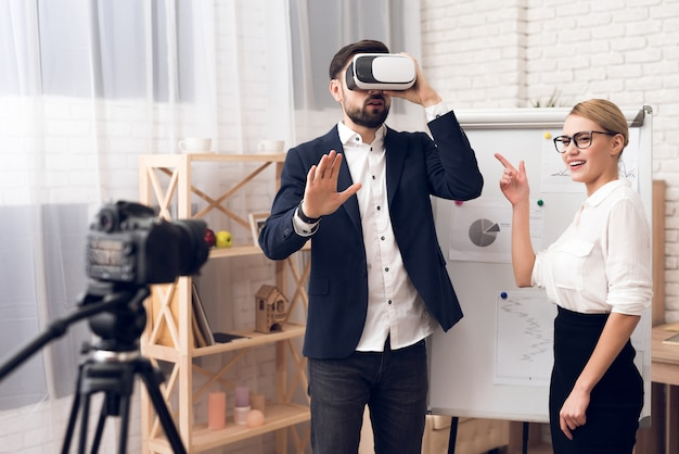 Businessman and businesswoman using vr virtual reality. Premium Photo