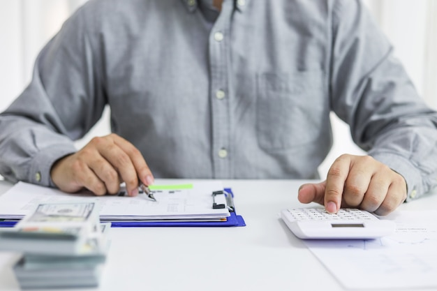 Бизнесмен, проверка счетов. налоги с баланса банковского счета и расчет годовой финансовой отчетности Premium Фотографии