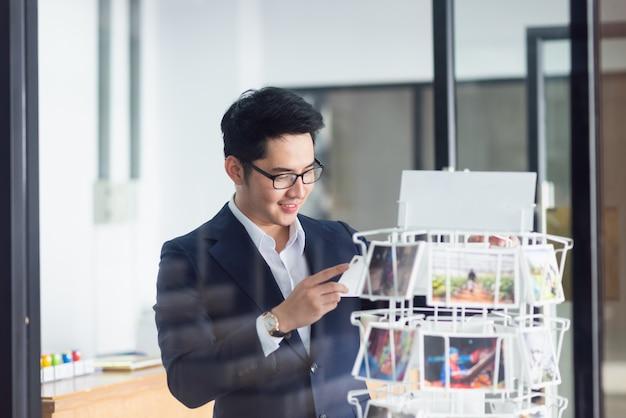 Businessman choosing the postcard Premium Photo