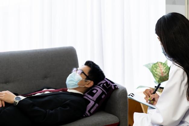 ビジネスマンは、メンタルヘルスの良さについて、自宅で心理療法士の医師に相談してください。 Premium写真