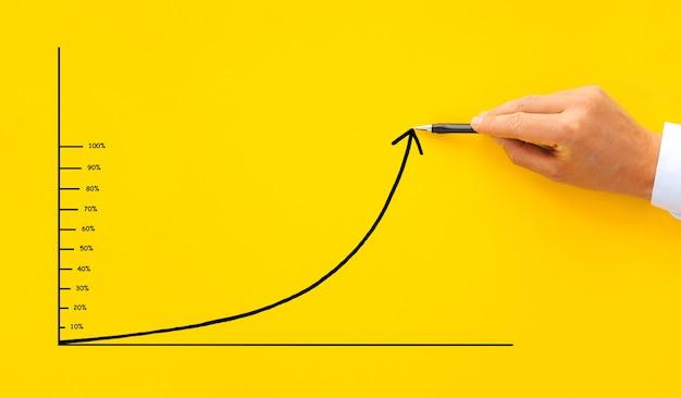 ビジネスマンは、10から100までのパーセンテージでグラフィック矢印を描画します Premium写真