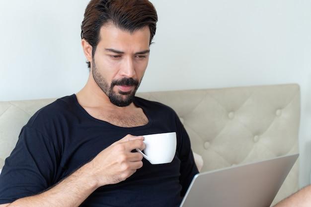 在宅勤務中にコーヒーを飲むビジネスマン 無料写真