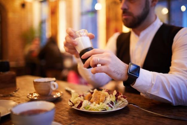 Бизнесмен ест в ресторане Premium Фотографии