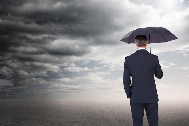 Бизнесмен наслаждаясь плохой погоды Бесплатные Фотографии