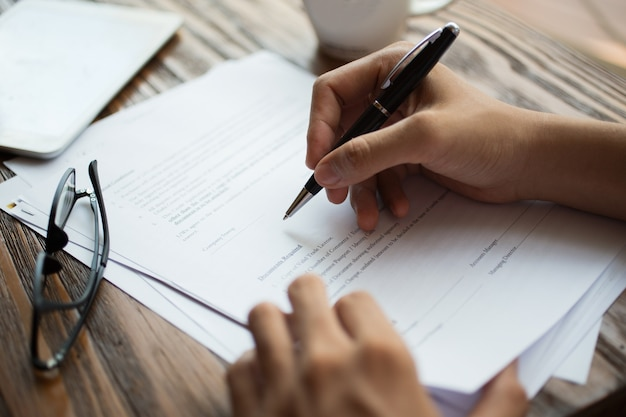 Empresario examinando papeles en la mesa Foto gratis