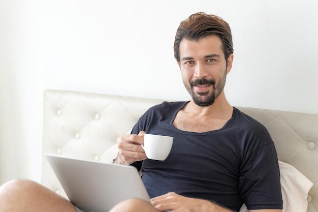 ビジネスマンは在宅勤務中にコーヒーを飲んで幸せを感じます 無料写真