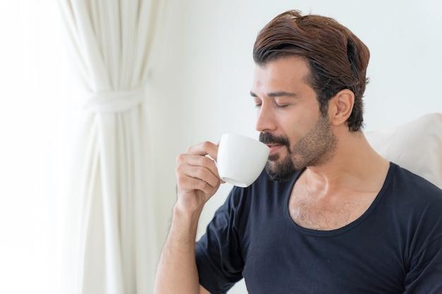 사업가 집에서 일하는 동안 행복하게 마시는 커피를 느낀다 무료 사진