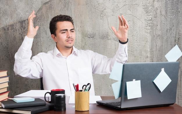 L'uomo d'affari ha ricevuto notizie tristi riguardo alla sua attività alla scrivania dell'ufficio. Foto Gratuite