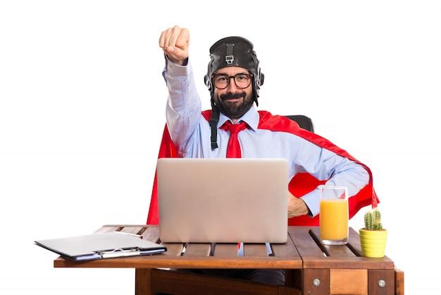 Uomo d'affari nel suo ufficio con cappello pilota Foto Gratuite