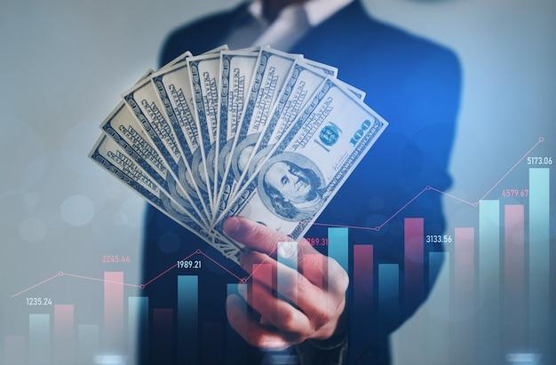 Бизнесмен, холдинг кучу долларов. финансовые вложения и рост роста. Premium Фотографии