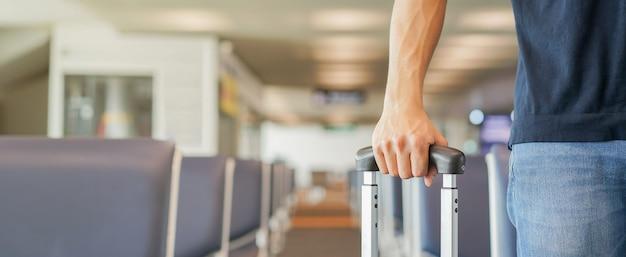 空港のゲートで荷物を保持している実業家 Premium写真
