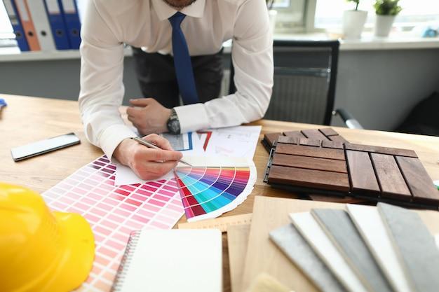 Бизнесмен в стильном костюме крупным планом Premium Фотографии