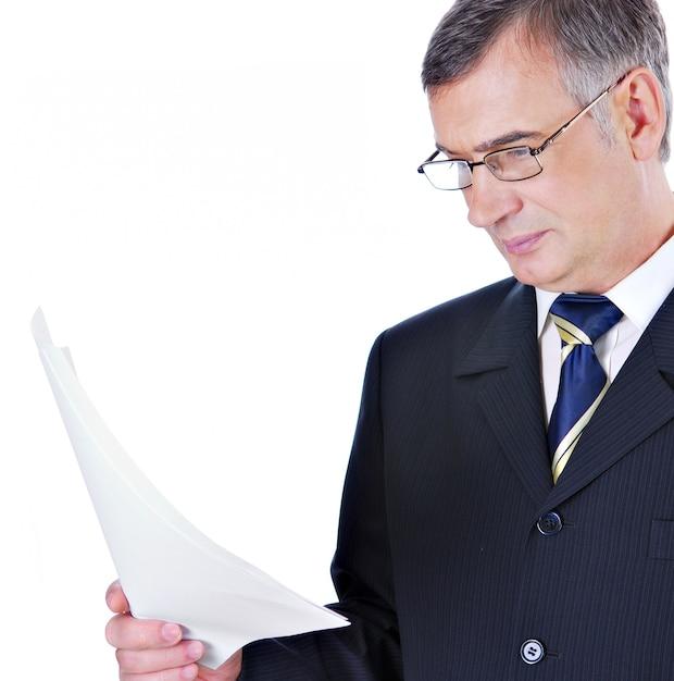 スーツと眼鏡の読書のビジネスマン 無料写真