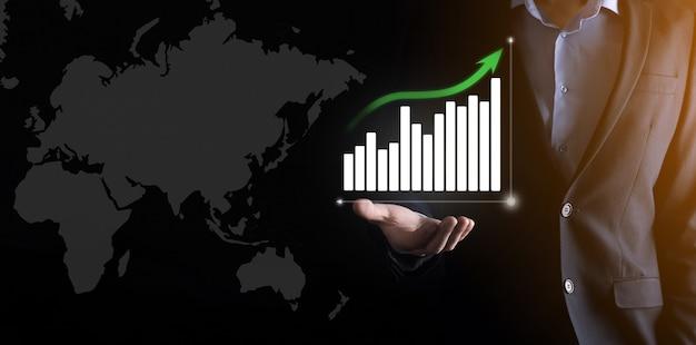 Бизнесмен в костюме с графическим изображением на черном Premium Фотографии