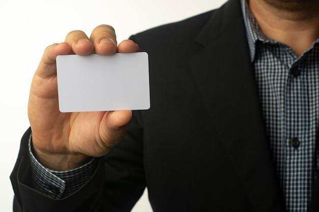 Бизнесмен держит белую визитную карточку. Premium Фотографии