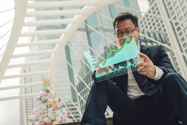 Businessman is showing a growing virtual hologram stock. Premium Photo