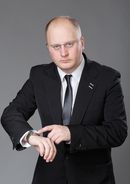 Businessman look his watch Premium Photo
